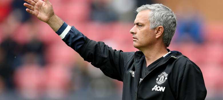 Mourinho instructs his team